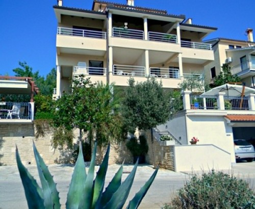 Private Apartment For 4 Persons In Rabac  7364